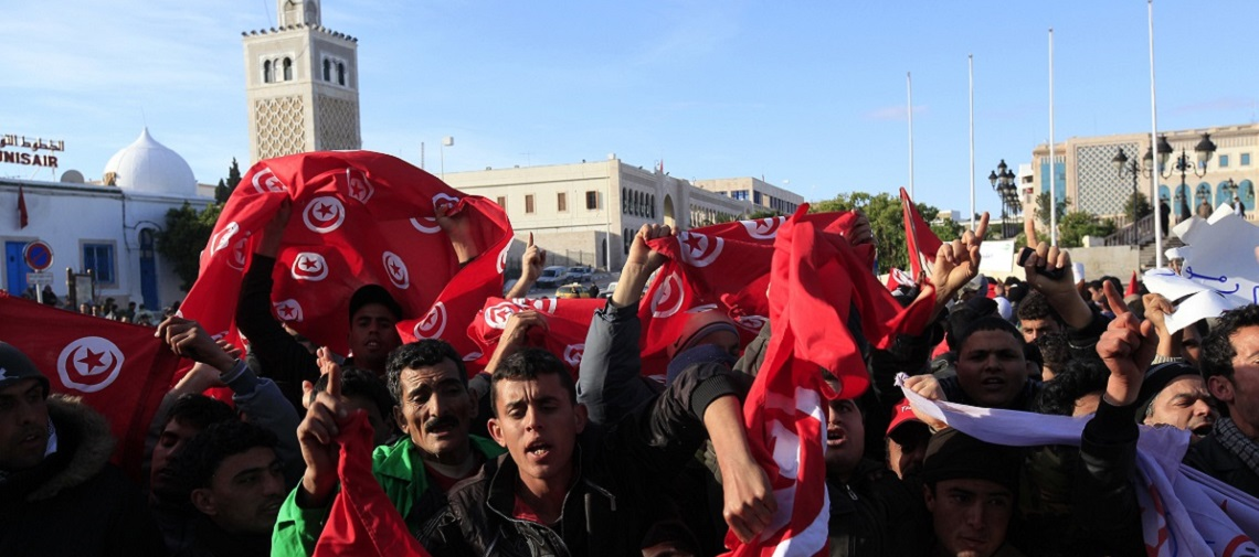 Protesters from Tunisia's poor rural heartlands chant slogans during a demonstration by the Prime Minister's office in Tunis. © Reuters / Zohra Bensemra